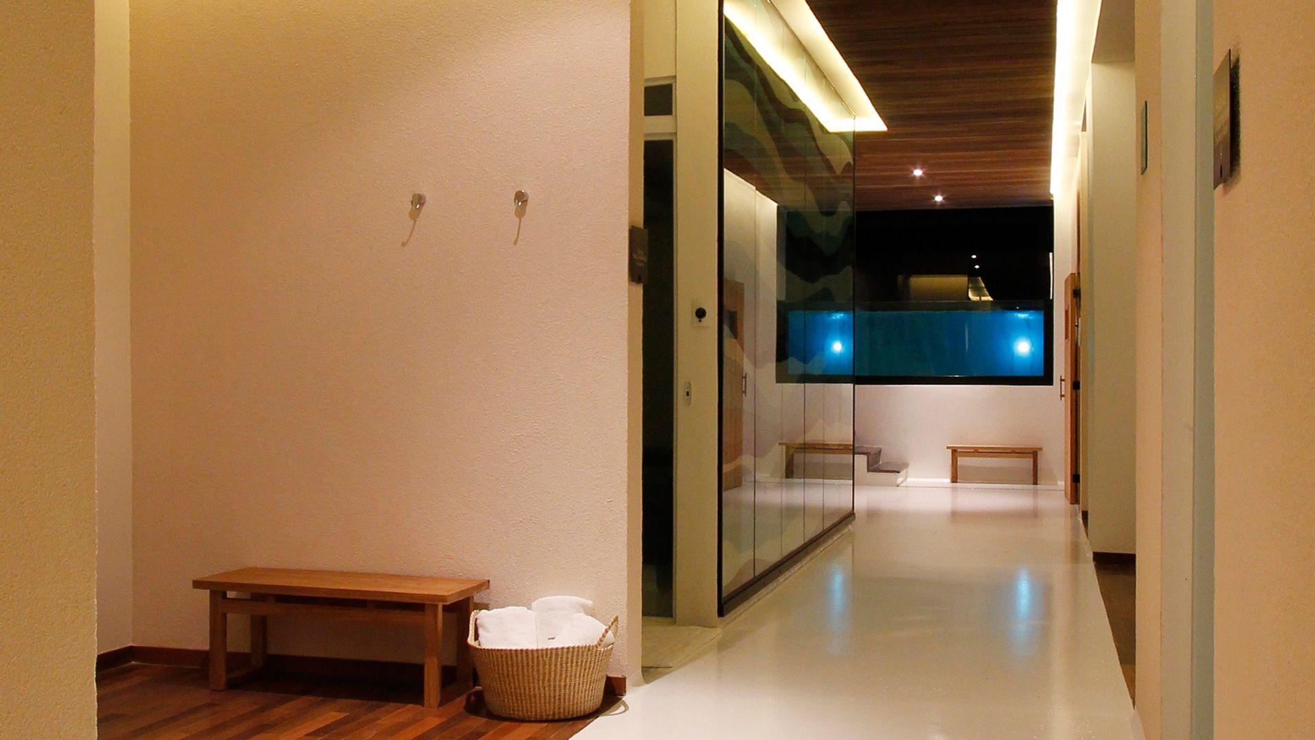 8-spa-hotel-botanique-foto-corredor-com-piscina-ao-fundo